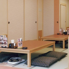 靴を脱いでゆったりとくつろげるお座敷席もございます。※店舗により部屋の配置・席数が異なる場合がございます