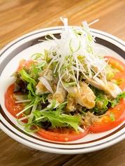 料理メニュー写真蒸し鶏と焦がし葱のバンバンジーサラダ
