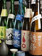 店内の棚にずらりと日本酒、焼酎