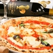 スタッフが専用のピザ釜を使用し丁寧に焼き上げたピザ