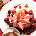 お誕生日や記念日でご予約いただいたお客様にはバースデーケーキを贈呈いたします♪誕生日、記念日、結婚式の二次会、特別な日のサプライズに是非ご利用下さい!