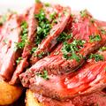 料理メニュー写真牛肉のタリアータ 黒胡椒ポテト添え