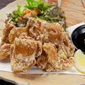 料理メニュー写真ピリ辛手羽先の甘辛和え/若鶏の唐揚げオリジナルソース