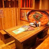 木目調に統一された、木の暖かみを感じられる店内。