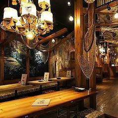 内装にこだわったお洒落な店内は木目調のテーブルが暖かみある空間に。また、漁港をイメージさせる壁や天井は雰囲気抜群です!