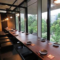 大きな窓から外を眺めながら、ゆったりお食事のできる掘り炬燵完全個室で宴会がおすすめ!!!