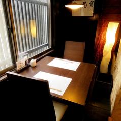 落ち着いた雰囲気のテーブル席もございます。