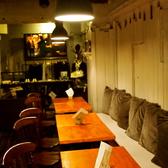 ベンチソファスタイルのテーブル席。クッションに囲まれたいるのでテーブル席でもゆったり。