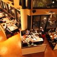 天井が高く開放的な空間は多彩なシーンで利用可能。美味しい焼肉とイタリアンを囲んで、楽しく素敵なひとときをお過ごしください♪ ※【1F】4名席×1卓/6名席×10卓/8名席×6卓 【2F】6名席×2卓/8名席×4卓