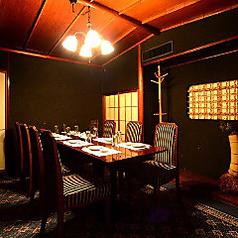 4灯のフラワーランプが部屋全体の温かみを燈します。10名様までご利用頂けるテーブルVIP個室です。ビジネスシーン・プライベートシーンどちらでもご利用頂けます。