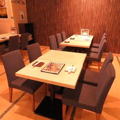 友達と楽しむテーブル席♪サムギョプサルや大人気のチーズタッカルビがおすすめです。新宿ワシントンホテルの清潔感溢れる韓国料理店でボリューム満点のお食事をどうぞ♪