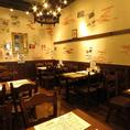 【テーブル席】お席は暖色の照明で温かみのある空間。ゆっくりお食事をお愉しみください