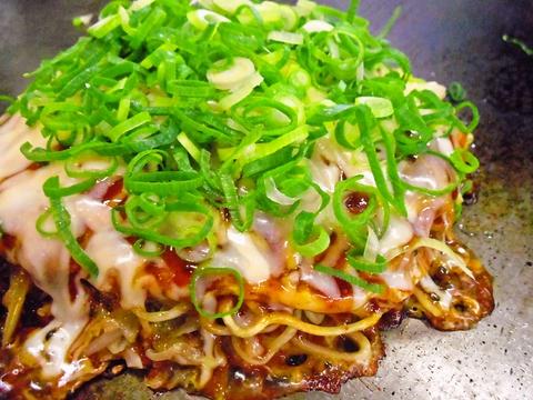 宮島口桟橋すぐ横のお店。地元の新鮮食材を使った広島風お好み焼きが味わえる。