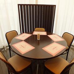 窓際の人気のテーブル席はご予約必須☆
