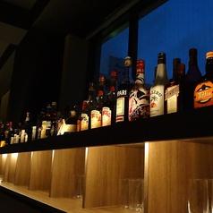 1名から最大11名までOK!様々なジャパニーズウィスキー、洋酒、リキュールが並んでおります。お客様の飲みたいボトルが見つかるはずです。。。