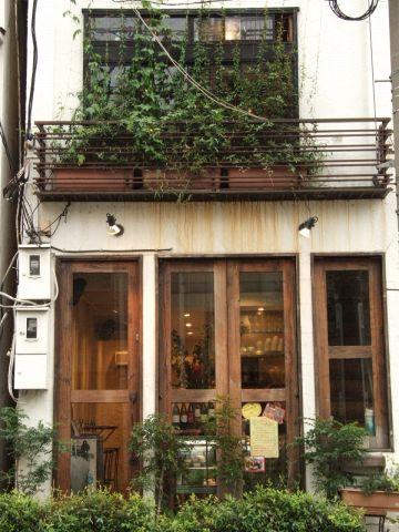 フランスの一軒家のような外観。人にはちょっと教えたくない隠れ家的Sweets Bar!!