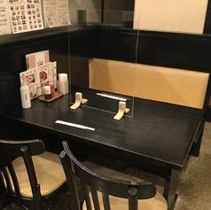ゆったり座れるテーブル席は全4卓