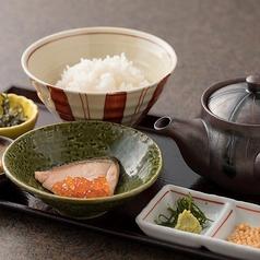 """""""鯛出汁""""焼き鮭とイクラの親子茶漬け"""