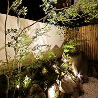 ライトに照らされた風情のある中庭…