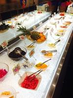店内にはサラダ&デザートバーを完備★550円(税抜)