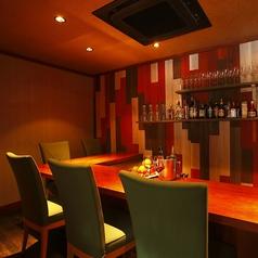 《バーカウンター》食前酒を楽しんだり、お食事後のひとときをお過ごしください。2階フロアにはバーカウンターもございます。カクテルなどをお楽しみください。