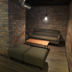秘密基地のような半個室のソファー席。人気のお席なのでご予約はお早めに♪
