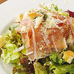 料理メニュー写真生ハムとハーブ野菜のサラダ