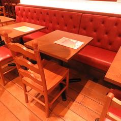 【テーブル席】店内側に、ゆったりくつろげるテーブル席をご用意☆お洒落な店内でしっぽりベルギービールを飲むのも良し、2人でで楽しく盛り上がるのも良しで活用の仕方は色々ございます☆時間を忘れ、当店自慢のピザ料理と豊富なビールと共に寛ぎのひとときを!少人数~大人数まで様々なシーンでご利用可能!!
