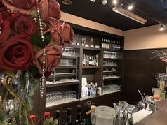 当店おすすめ、こだわりのバーカウンター◎雰囲気良し、SNS映え良しの人気のお席となっております。ノンアルコールはもちろんアルコールメニューも豊富にございます。
