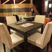 テーブル席もございます。モダンなセミハードのソファ式の椅子なので、ソファー同様ゆったり使って頂けます。