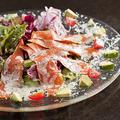 料理メニュー写真アボカドとスモークサーモントラウトのサラダ