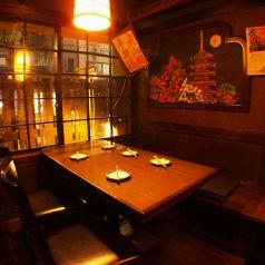 1階 写真は5名様 お隣と簾で仕切り可能。また、1階全テーブル可動式、最大20名様収容可。