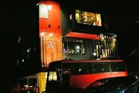 赤いバスが目印です。