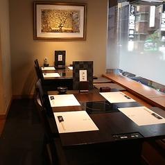2名様テーブルを組み合わせて10名様迄OKなテーブル席です。ご予約の人数により配慮いたします。