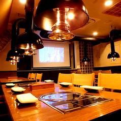ウッド調の清潔感溢れる店内もコダワリの1つ。こだわりの熟成肉使った韓国料理を味わいながら、ゆったりとくつろげるテーブル席が60席ございます。お酒はもちろん、料理メインのデートにもおすすめです。
