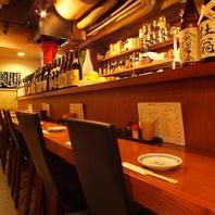 日本酒焼酎の瓶がずらりと並ぶカウンター席♪