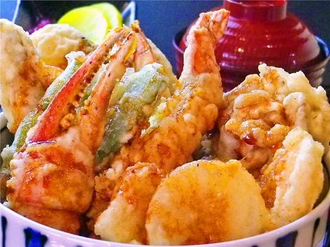 北海道の海の幸、山の幸を職人が目の前で調理してくれる。揚げたての美味しさを堪能。