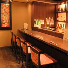 【2階カウンター席】こちらのカウンター席は「和」と「モダン」が融合しており、まるで街中の喧騒を忘れさせます。2階のカウンター席は、1階と雰囲気が異なり、プライベート感のある雰囲気。接待やデート、大切な方の記念日等の特別な一日にご利用ください。目の前には地元の日本酒が並んでおりますので、要チェックです!