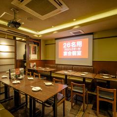 最大26名様でご利用いただける大人数様用のテーブル宴会個室。歓迎会や送別会、会社の飲み会など各種ご宴会に最適です。大きいモニターも室内に設置しております。詳細はお気軽にお問い合わせください。