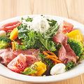 料理メニュー写真ローストビーフと国産ケールのパワーサラダ