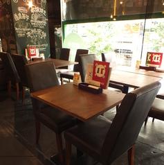 店内中央のテーブル席!ワインを楽しみながら活気あふれる店内で素敵なひと時を♪