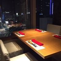 最上階から東京の夜景を眺めながらのお食事はデートに◎