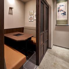 4名様用の個室です。扉を閉めるとよりプライベートな雰囲気でお食事いただけます。