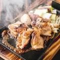 料理メニュー写真《鍬焼き》鶏ももの鍬焼き