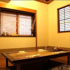 完全個室のお席です。古い家財を使ったテーブルが印象的な掘りごたつ席。接待や記念日に人気です。最大6名様まで。