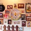 壁にはスペインの写真や雑貨が…