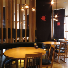 光あふれる、開放感のある、和モダンなテーブル席丸テーブルが楽しい!