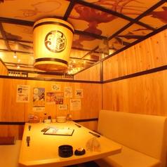和とシャンデリアの融合した不思議な店内。どこか懐かしいメロディーとともに素敵な時間をお過ごしいただけます。1階の4名席はテーブル個室です。