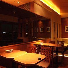 窓際席はレインボーブリッジが見える特等席があります!台場の夜景を見ながら美味しいお酒と料理をお楽しみください