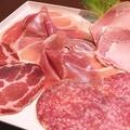 料理メニュー写真イタリア産生ハム・サラミと八ヶ岳ロースハムの盛合せ